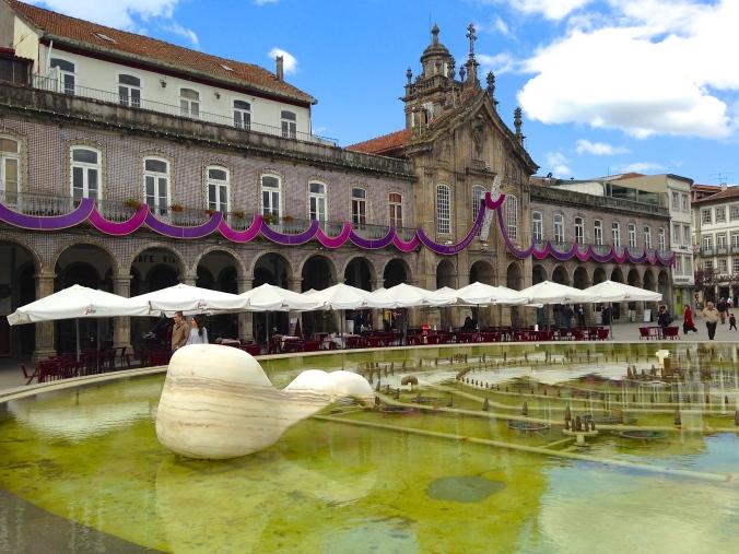Praça da República decorada para a Semana Santa de Braga. Foto: Amanda Corrêa